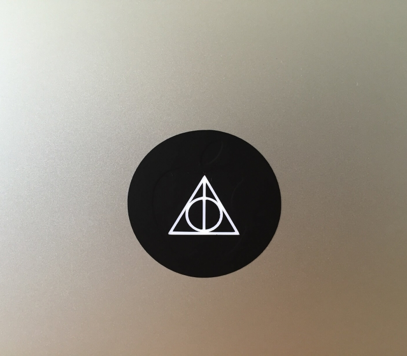 deathly-hallows-macbook-sticker-1